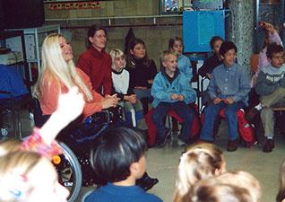 Sanenzo belangenbehartiging: voorlichting aan klasje met kinderen